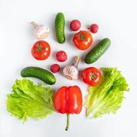 frisches Gemüse auf weißem Hintergrund. veganes Öko-Essen. Platz für Text.
