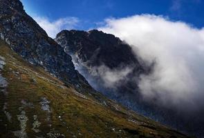 Nebel zwischen Hügeln foto