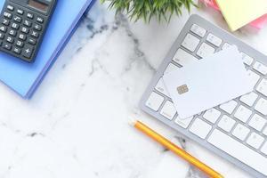 Kreditkarte auf der Tastatur