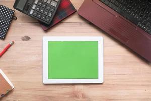 flache Zusammensetzung des digitalen Tablets auf dem Schreibtisch foto