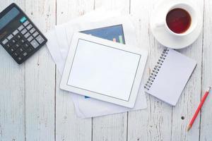 Draufsicht des digitalen Tablets mit Büromaterial foto