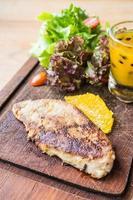 Foie Gras Steak mit Gemüse und süßer Sauce