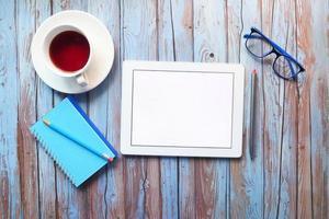 digitales Tablet mit Kaffee und Gläsern Draufsicht foto