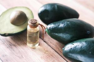 Avocado-Scheiben und Fläschchen mit Öl