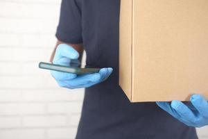 Lieferbote hält eine Kiste foto