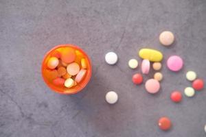 Nahaufnahme von vielen bunten Pillen und Kapseln