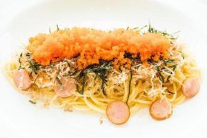 Spaghetti mit Wurst, Garnelenei, Seetang, trockenem Tintenfisch