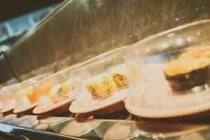 Sushi-Tablett auf Förderband