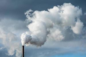 Industriekamin, der unsere Umwelt verschmutzt foto
