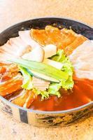 rohes frisches Fleisch in Teller foto