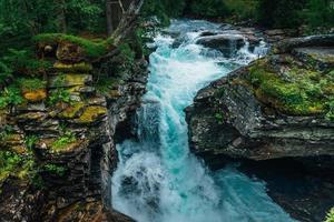 türkisfarbenes Wasser, das in einem Bach in Norwegen fließt