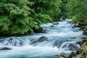 türkis fließendes Wasser in einem Fluss in Norwegen foto