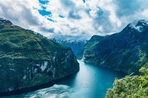 Sommeransicht des Geirangerfjord-Einlasses