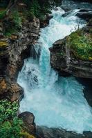 türkis fließendes Wasser in einem Bach in Norwegen