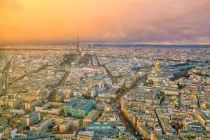 Skyline von Paris mit Eiffelturm bei Sonnenuntergang in Frankreich