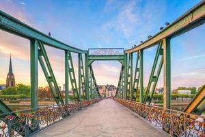 Ansicht der Skyline der Frankfurter Stadt, Deutschland mit blauem Himmel
