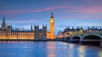 Big Ben und Parlamentsgebäude in der Dämmerung foto