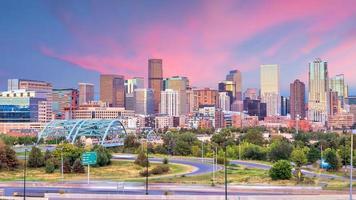 Panorama der Skyline von Denver in der Dämmerung. foto