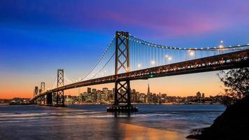 Skyline von San Francisco und Buchtbrücke bei Sonnenuntergang, Kalifornien