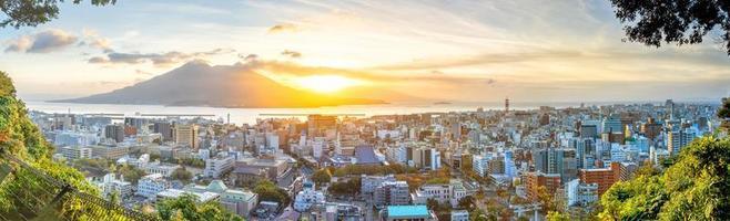 Kagoshima Stadt Innenstadt Skyline Stadtbild mit Sakurajima Vulkan in Kyushu, Japan foto