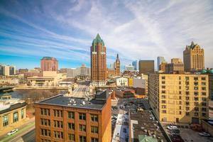 Skyline der Innenstadt mit Gebäuden in Milwaukee USA
