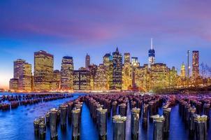 Manhattan Skyline mit dem One World Trade Center Gebäude in der Dämmerung