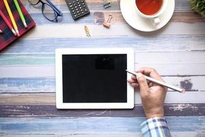 flache Mannlage mit digitalem Tablet mit Stift