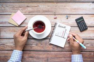 Wachstumstabelle auf Notizblock am Schreibtisch