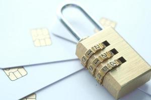 Nahaufnahme des goldenen Vorhängeschlosses auf Kreditkarten foto