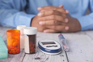 Messinstrumente für Diabetiker auf neutralem Hintergrund
