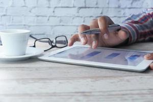 Person, die an einem digitalen Tablet arbeitet