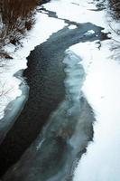 Fluss fließt durch Eis foto