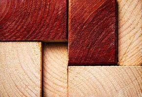 rotes und hellbraunes Holz foto
