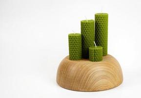 grüne Bienenwachskerzen auf Holz foto
