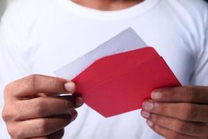Nahaufnahme des Mannes, der einen Dankesbrief liest foto