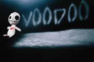 Voodoo-Puppe auf einem schwarzen Hintergrund foto