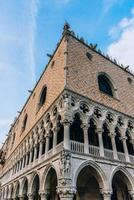 venedig, italien 2017- touristische routen der alten venedig straßen italiens foto