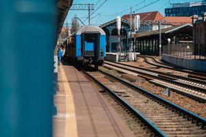 Danzig, Polen 2017 - Bahngleise des Hauptbahnhofs mit ankommendem Zug foto