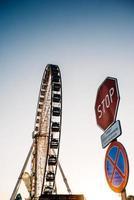Riesenrad gegen den blauen Himmel foto