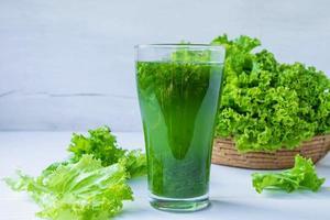 grüner Saft in einem Glas foto