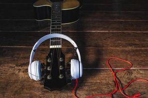 Kopfhörer an einem Gitarrenhals foto
