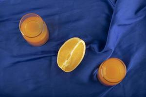 zwei Glaskrüge mit leckerem Saft und geschnittenen Orangenfrüchten