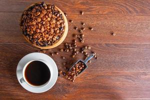 Draufsicht auf Kaffeebohnen und Tasse Kaffee foto