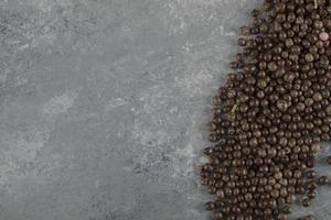 Schokoladenstreusel auf einem Steinhintergrund