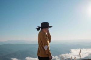Frau auf einem Berggipfel foto