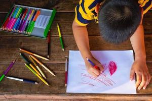 Junge Färbung mit Farbstiften foto