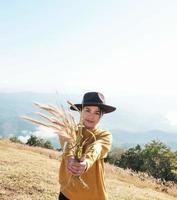 Frau hält Reis aus foto