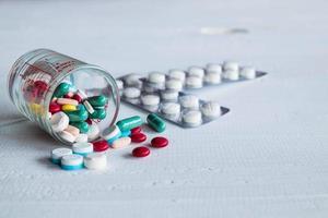Pillen auf einer weißen Oberfläche foto
