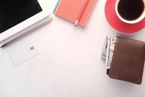 Draufsicht auf Brieftasche und Kaffee