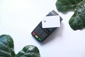 Kartenchipleser auf weißem Hintergrund